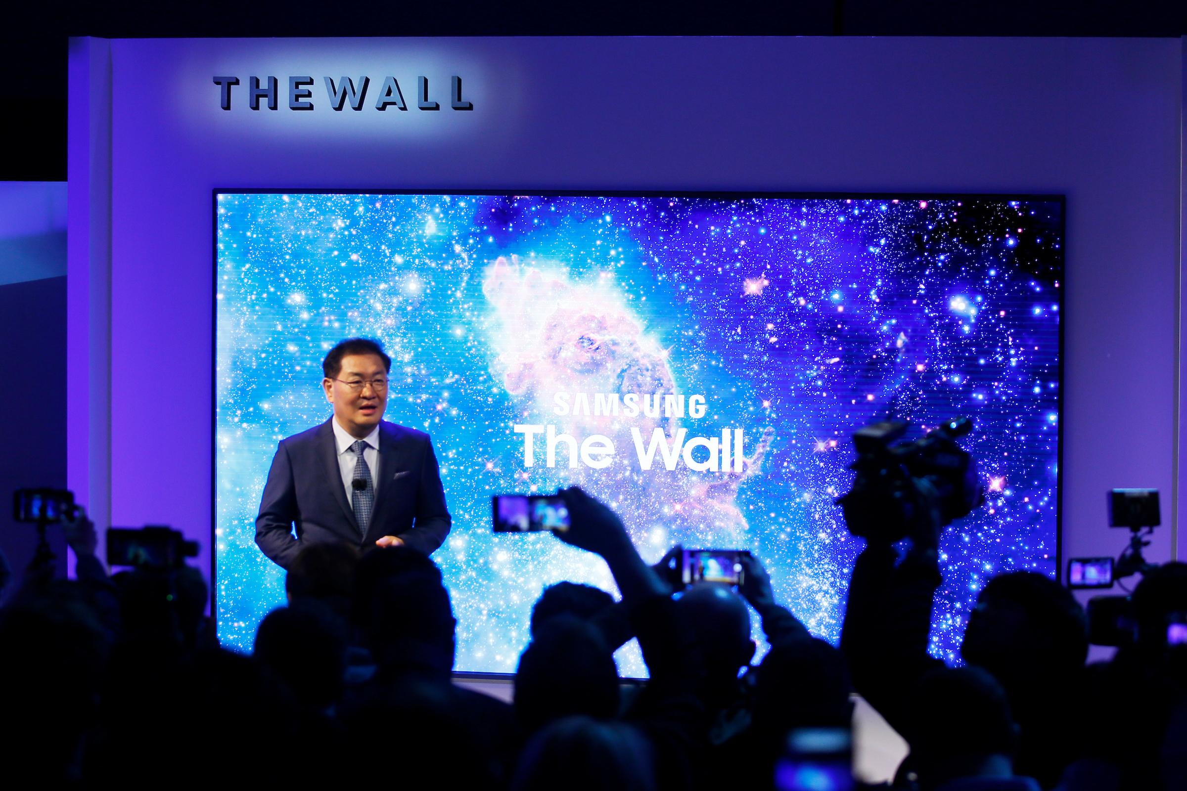 삼성전자 영상디스플레이사업부장 한종희 사장이 '삼성 퍼스트 룩 2018(Samsung First Look 2018)' 행사장에서 마이크로LED 기술기반으로 만든 146형 세계최초 모듈러 TV '더 월'을 소개하고 있다.