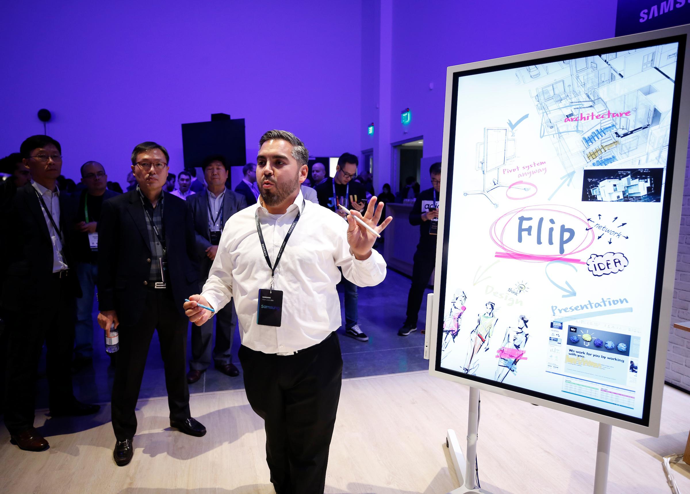 삼성전자 프로모터가 '삼성 퍼스트 룩 2018' 행사장에서 회의 효율성을 높여주는 디지털 플립차트 신제품 '삼성 플립'을 소개하고 있다.