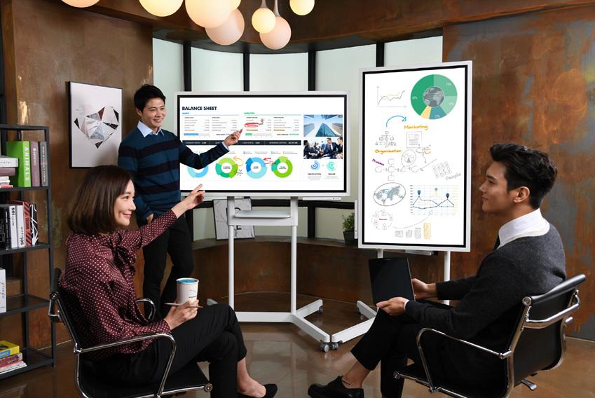 ▲삼성전자 모델들이 회의 효율성을 높여주는 디지털 플립차트 '삼성 플립'을 이용해 회의를 하고 있다
