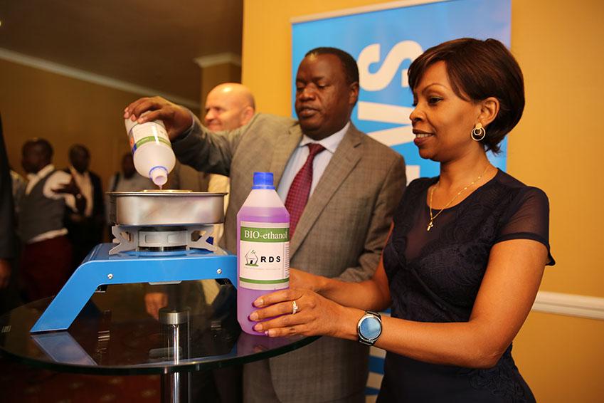 ▲찰리 선쿨리(사진 왼쪽) 케냐 환경부 차관과 삼성전자 케냐지점의 패트리샤 킹고리가 협약식 현장에서 쿡스토브를 시연하고 있다