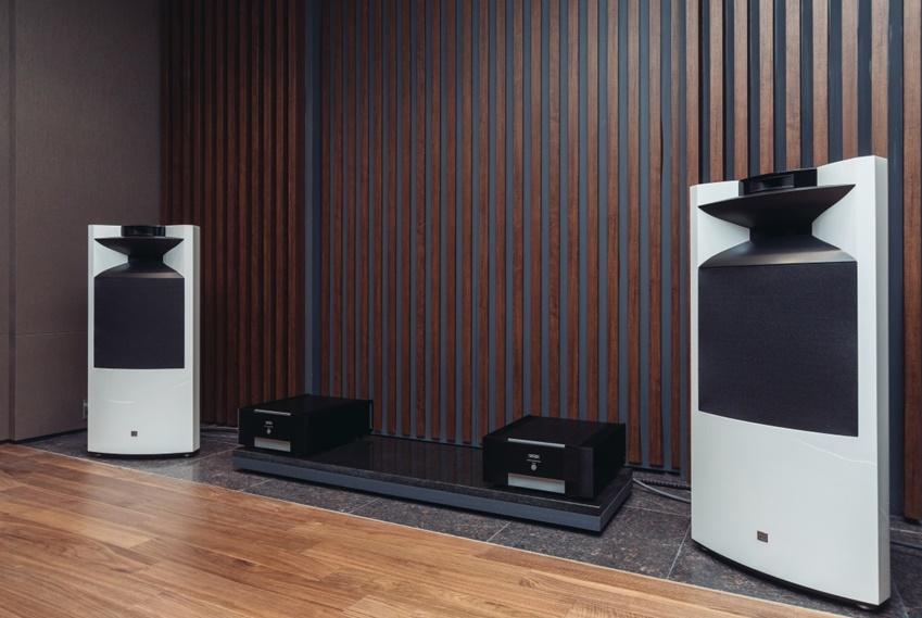 하만 스튜디오 내에 있는  '청음실'에서는 하만(Harman)의 하이엔드 오디오 제품을 대표하는 JBL K2 S9900 스피커와 마크 레빈슨 앰프의 조합이 만들어 내는 고음질의 사운드를 직접 들어볼 수 있다