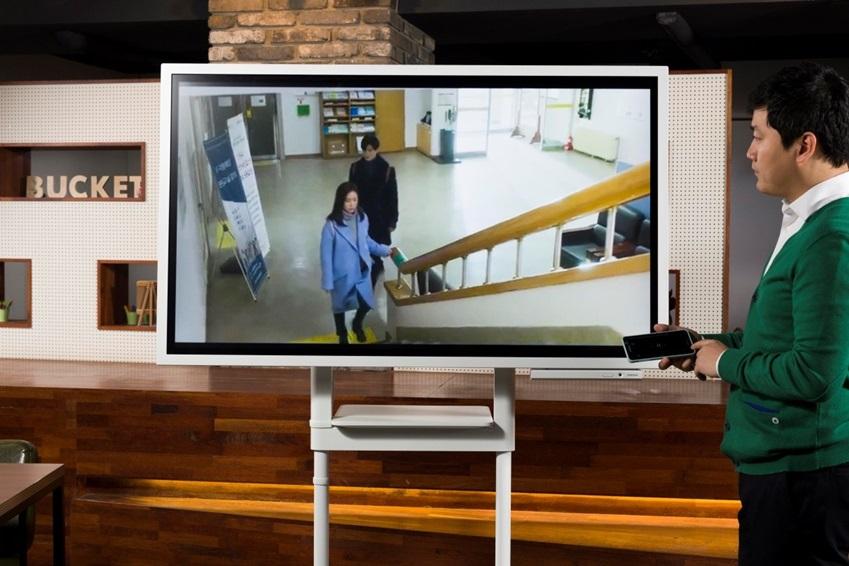 와이파이를 연결하고 휴대폰과 연동해 동영상을 재생해봤다. UHD 디스플레이의 고화질화면으로 끊김 없이 플레이가 가능함을 확인할 수 있다