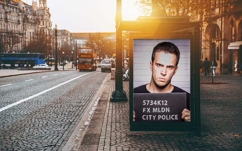 평소 일상적 정보나 상품 광고 같은 이미지를 보여주던 이 스크린은 시스템 일탈자(에밀리오 에스테베즈 분)가 발생하는 순간, 일제히 해당 인물의 사진을 띄운다.