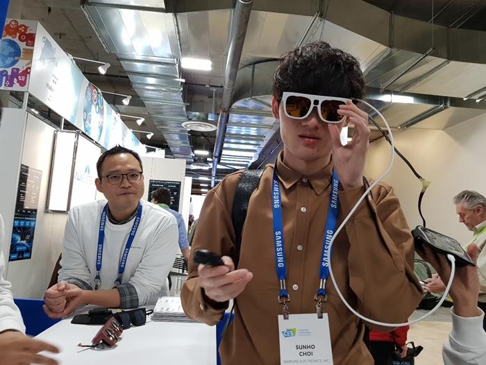 안경 타입 릴루미노를 착용하는 모습