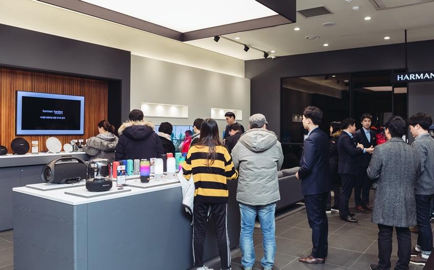 하만 스튜디오을 구경하고 있는 일반인들의 모습