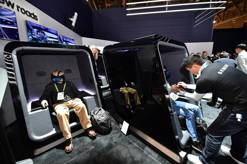 ▲ 관람객들이 VR 영상으로 디지털 콕핏을 체험하고 있다. VR 영상과 함께 나오는 하만의 AKG의 사운드는 영상을 더 실감나게 감상할 수 있도록 해준다