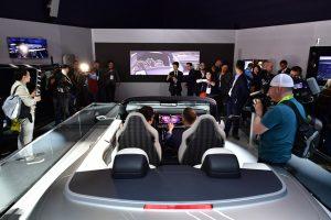 삼성의 '모바일·IT' 기술, 하만의 '전장' 기술의 첫 합작 '디지털 콕핏'은 삼성의 IoT 플랫폼을 집 안뿐만 아니라 자동차에도 확대 적용해 최상의 경험을 제공한다