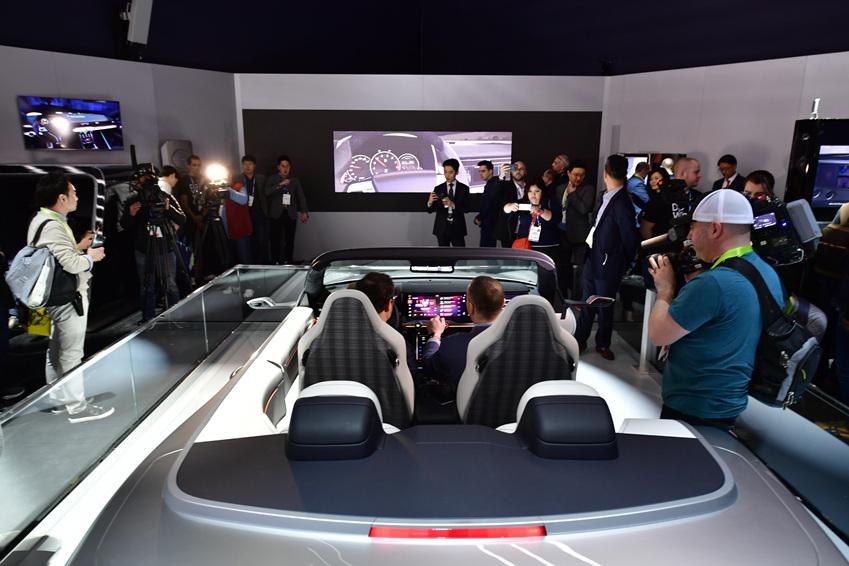▲ 삼성의 '모바일·IT' 기술, 하만의 '전장' 기술의 첫 합작 '디지털 콕핏'은 삼성의 IoT 플랫폼을 집 안뿐만 아니라 자동차에도 확대 적용해 최상의 경험을 제공한다