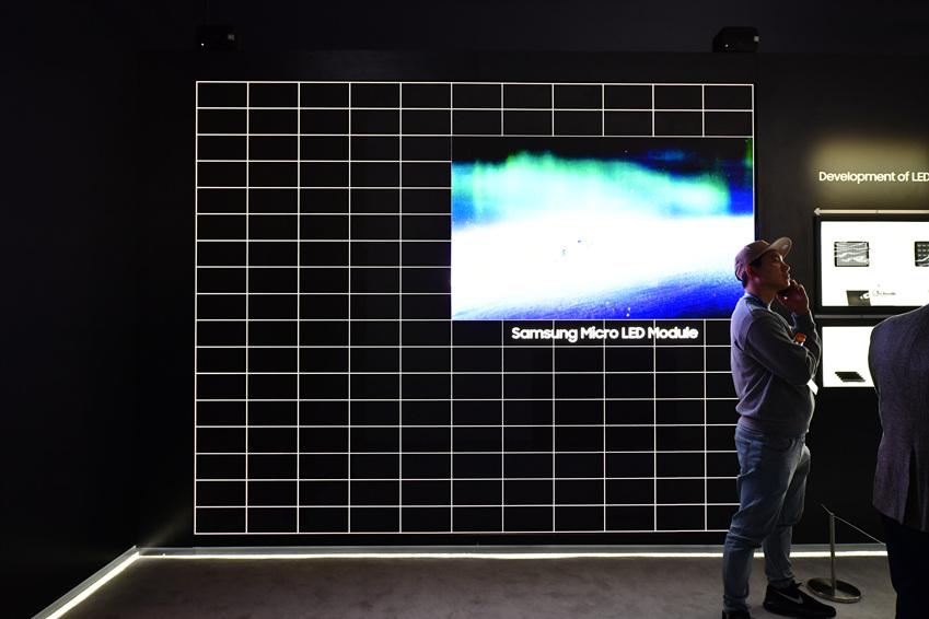 ▲ 마이크로 LED가 다양한 크기의 스크린으로 만들어지는 모습을 보여주는 영상이 상영되고 있다