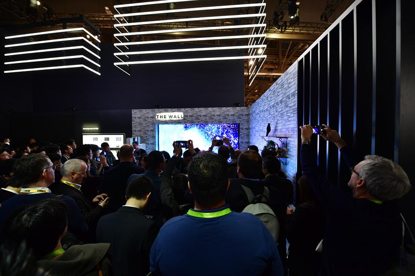 '마이크로 LED' 기술과 '자발광 디스플레이'를 적용한 146형 모듈러(Modular) TV '더 월(The Wall)'은 소비자가 원하는 크기와 형태로 자유로운 변형이 가능하다