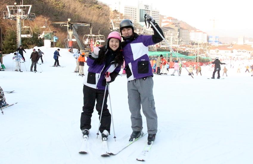 기어 스포츠를 착용하고 스키를 타러 간 대학생 기자단 친구들