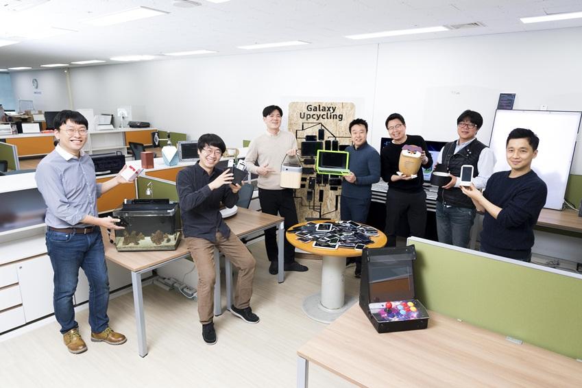제작한 제품을 들고 웃고 있는 개발자들의 모습
