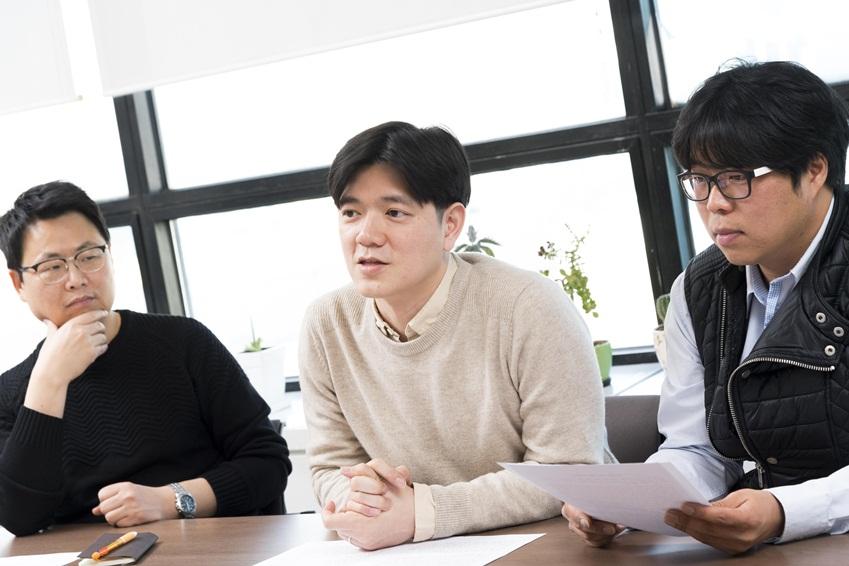 업사이클링 기술에 대해 설명 중인 갤럭시 업사이클링 팀원들. (왼쪽부터)허영채∙고민형∙양경모 씨