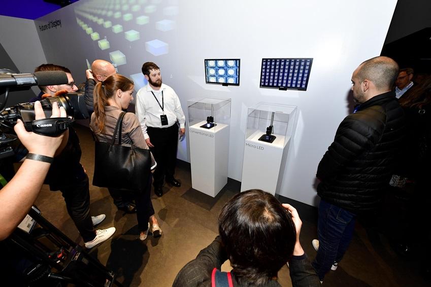 더 월(The Wall)에 사용된마이크로 LED 와 일반LED을 감상하는 방문자들