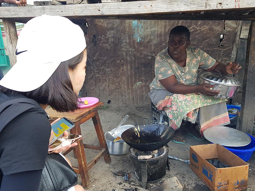 ▲숯과 나무로 불을 피워 감자튀김을 만들어 파는 시장 상인 마리씨