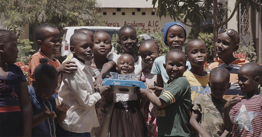 ▲친환경 쿡스토브를 받아 들고 환히 웃는 케냐 어린이들