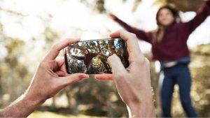갤럭시 S9 카메라로 사진 촬영하는 모습