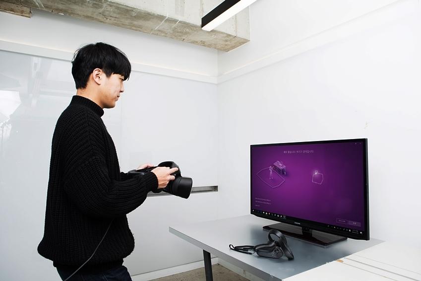 HMD 오디세이를 PC와 연결해 설치하고 있다