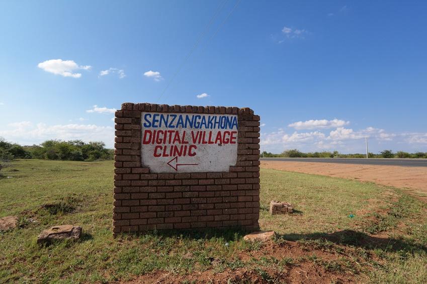 ▲음푸말랑가 지역의 한 비포장 도로에 놓여있는 디지털 빌리지 이정표