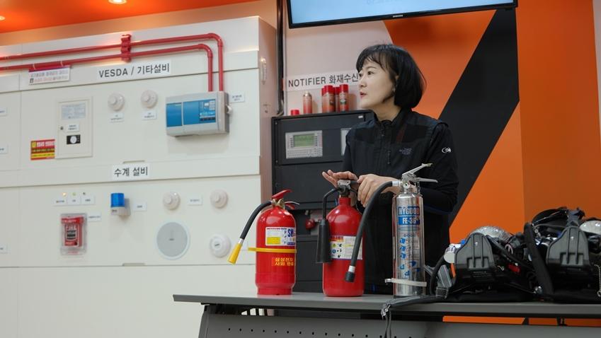 ▲ 초기에 화재에 신속하게 대처할 수 있도록 소화기 사용법을 친절하게 설명하는 정연순 서포터