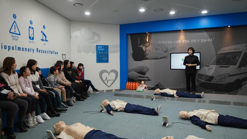 심폐소생술의 중요성에 대해 강연을 하는 정연순 서포터