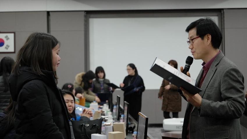 ▲ 참가자들에게 수료증을 나눠주는 삼성전자 DS 부문 로컬 커뮤니케이션 그룹 이해남 그룹장