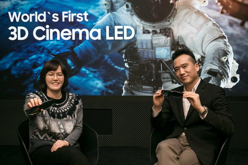 ▲Enterprise 상품기획그룹 구동수씨(우)가 Enterprise 마케팅그룹(VD) 김소희씨(좌)와 함께 어지럼증 없이 최고의 화질로 즐길 수 있는 3D 시네마 LED의 장점을 소개하고 있다