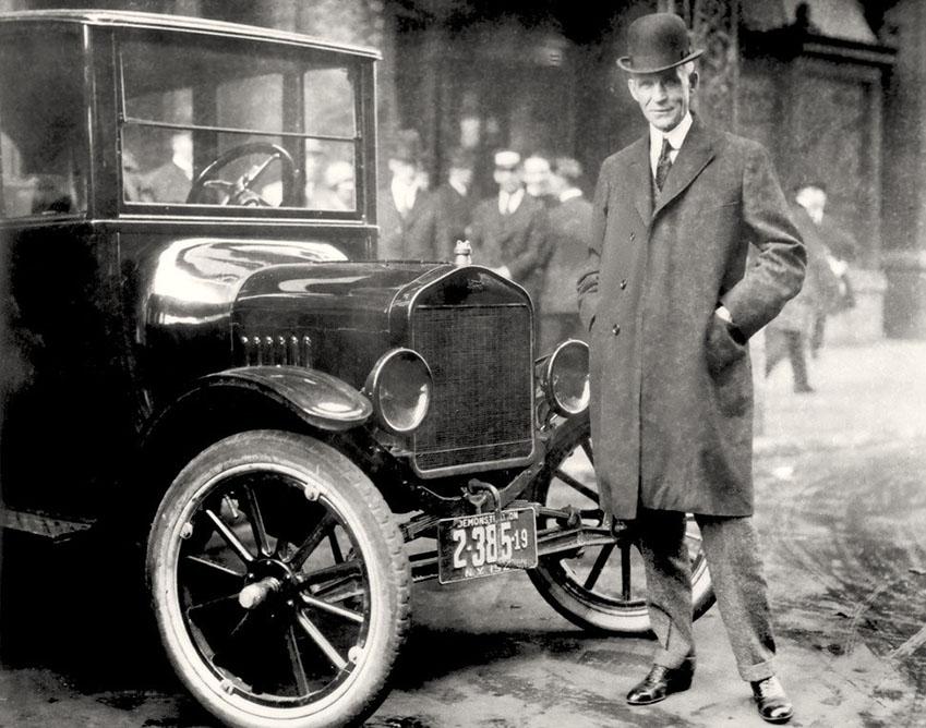'포드 자동차'의 창립자인 헨리 포드(Henry Ford)가 1921년에 만들어진 자동차 앞에서 포즈를 취하고 있다