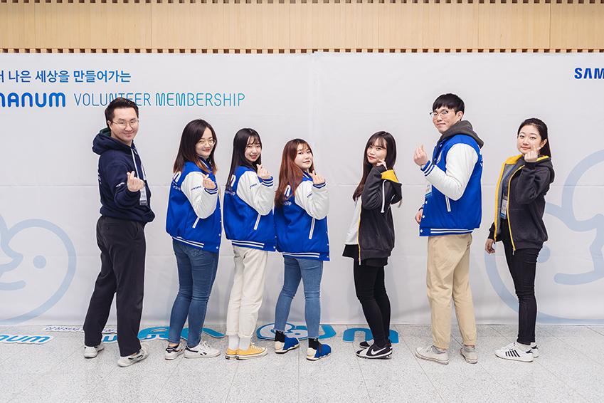 포즈를 취하고 있는 6기 삼성전자 대학생나눔봉사단 학생들