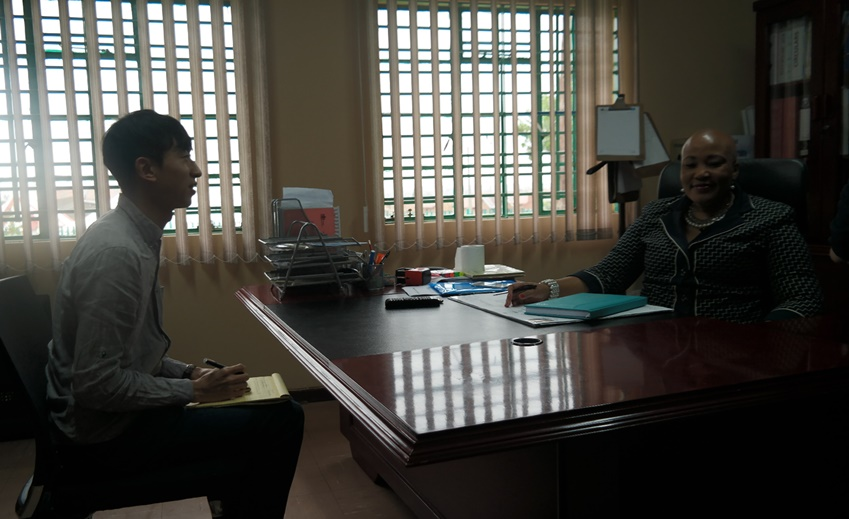 """▲린디웨 빌라카지 미셸줄루초등학교 교장(사진 오른쪽)은 """"TV 구경조차 못해본 아이들이 태블릿 PC로 능숙하게 수업 받는 모습을 보고 왈칵 눈물이 나더라""""고 말했다"""