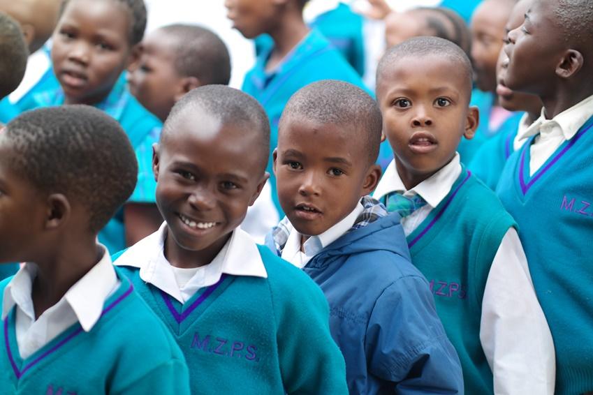 해맑게 웃으며 우리를 바라보고 있는 미셸줄루초등학교 학생들