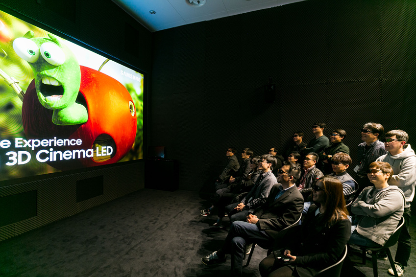 3D 시네마 LED를 즐기는 관객들