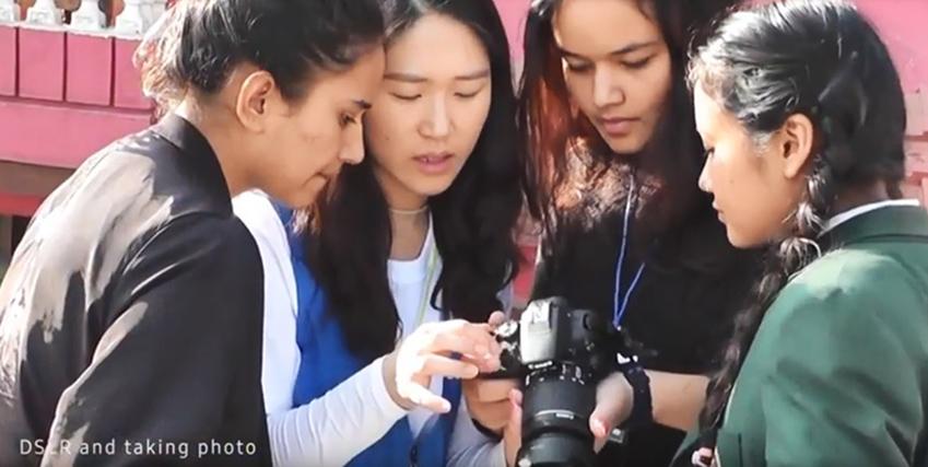 학생들에게 카메라를 가르쳐주고 있는 임직원