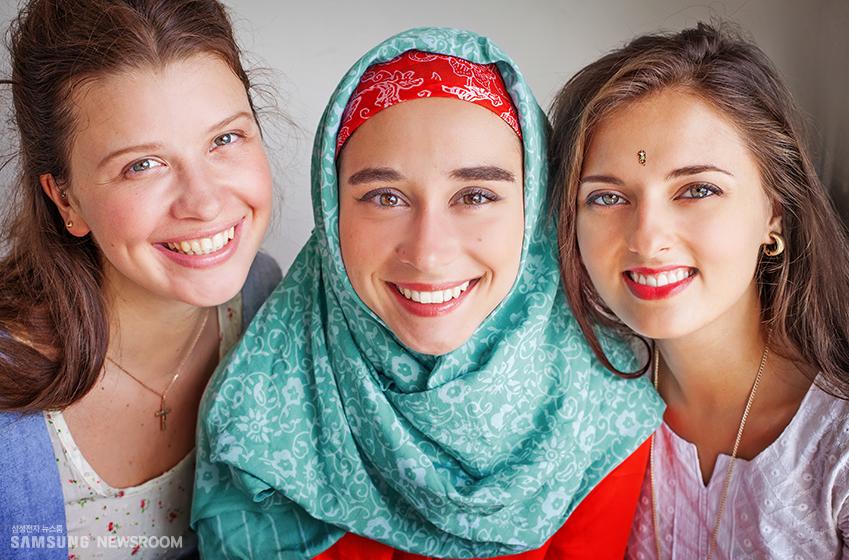 히잡을 쓰고 웃고 있는 서남아시아 여성