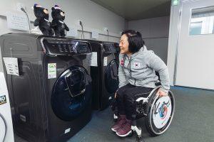 ▲2018 평창 동계 패럴림픽에 참가한 크로스컨트리 국가대표 이도연 선수가 '플렉스워시'의 다양한 음성명령어를 실행하고 있다