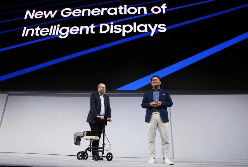 ▲(좌측부터)뉴욕타임즈 CEO 마크 톰슨(Mark Thompson)과 삼성전자 한종희 사장이 양사간 협력을 발표하고 있다