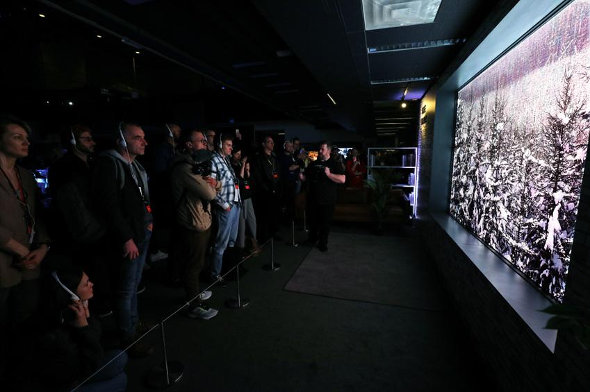 ▲글로벌 미디어 업계 관계자가 마이크로 LED 기반 모듈러 TV '더 월'을 감상하고 있다