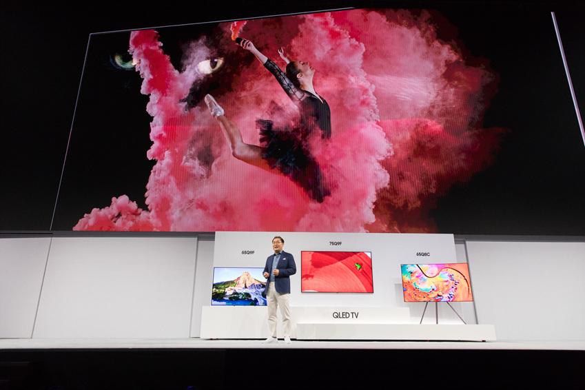 삼성전자 한종희 사장이 2018년형 QLED TV와 전략을 발표하고 있다