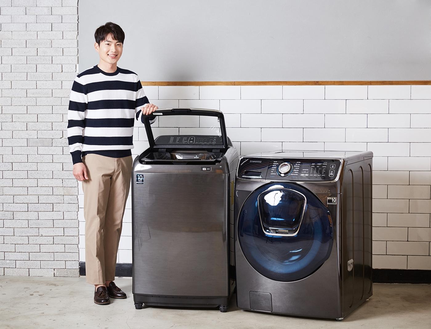 삼성전자 모델이 애벌빨래가 가능한 전자동 세탁기 액티브워시(좌)와 세제자동투입 기능이 한층 업그레이드된 드럼 세탁기 애드워시(우)를 소개하고 있다.