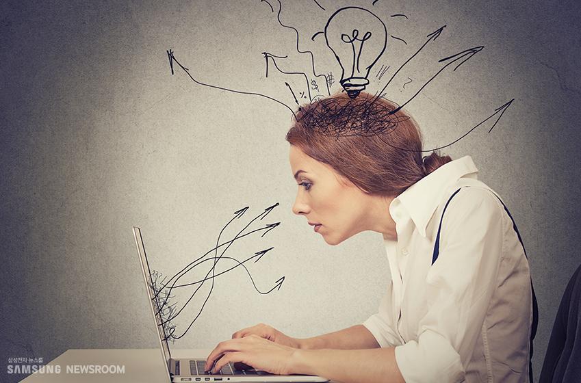 노트북을 보고 있는 사람의 머리가 굉장히 복잡하다