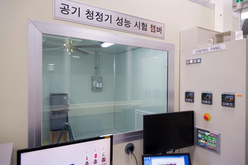 ▲개발팀이 많은 시간을 보내는 성능 실험실. 실제 미세먼지를 분사해 공기 청정에 걸리는 시간과 걸러진 양을 측정한다