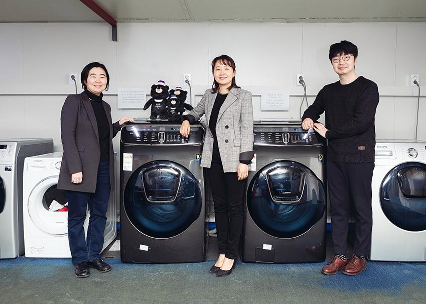 ▲'플렉스워시' 기획•개발을 담당한 삼성전자 생활가전사업부 UX혁신파트의 신영선 씨, 임경애 씨, 안현진 씨(왼쪽부터)