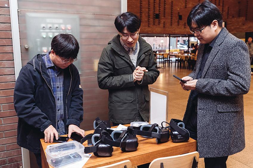 ▲릴루미노를 개발한 조정훈 CL과 김용남∙이찬원(왼쪽부터, 이상 삼성전자 창의개발센터)씨는 이날 공연장 입구에 부스를 마련, 저시력 관람객에게 삼성 기어 VR과 릴루미노 앱을 제공했다