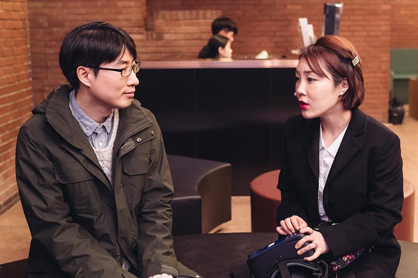 ▲공연 직후 김민솔(사진 오른쪽)씨가 김용남씨에게 릴루미노 착용 소감을 들려주고 있다