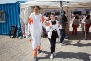 김호식씨와 김현영씨가 패럴림픽 경기장으로 입장하고 있다