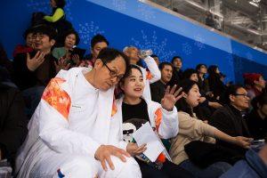 김현영씨가 시각장애인 김호식씨에게 경기 내용을 설명하고 있다