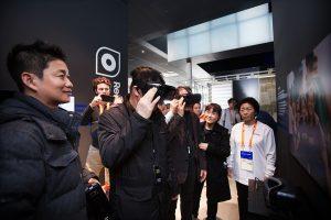강릉 올림픽 파크의 삼성 패럴림픽 쇼케이스에서 릴루미노를 체험하고 있다