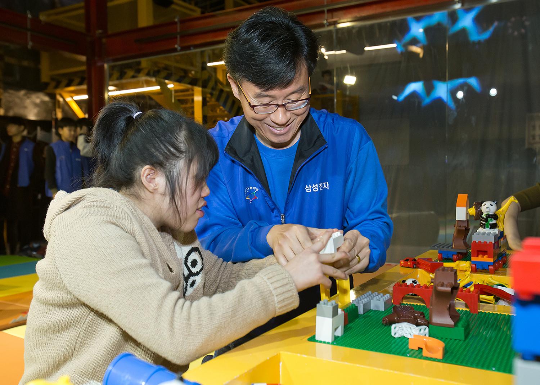 삼성전자 임직원들이 24일 주몽재활원 장애인 어린이들과 함께 서울 상일동 태권V 박물관을 관람하고 있다.