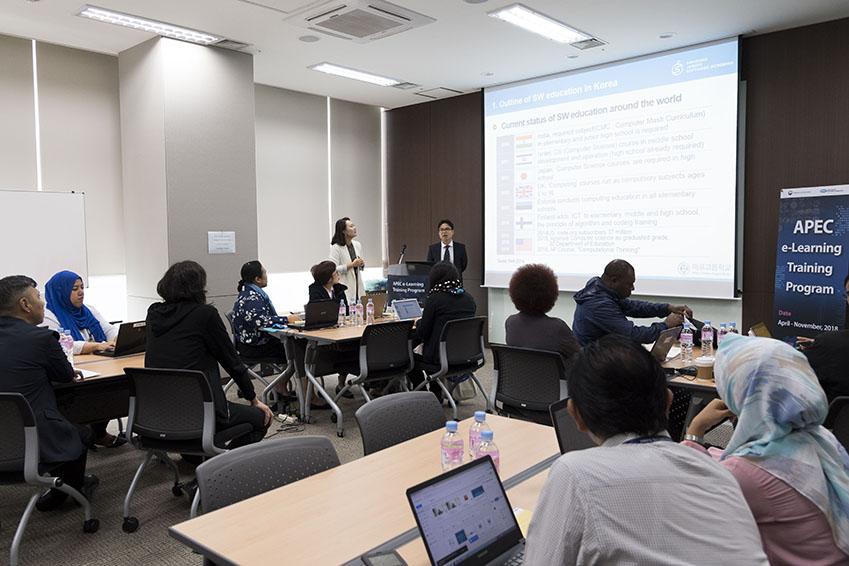 발표를 시작한 서성원 교사와 이 모습을 바라보는 APEC 연수단원들