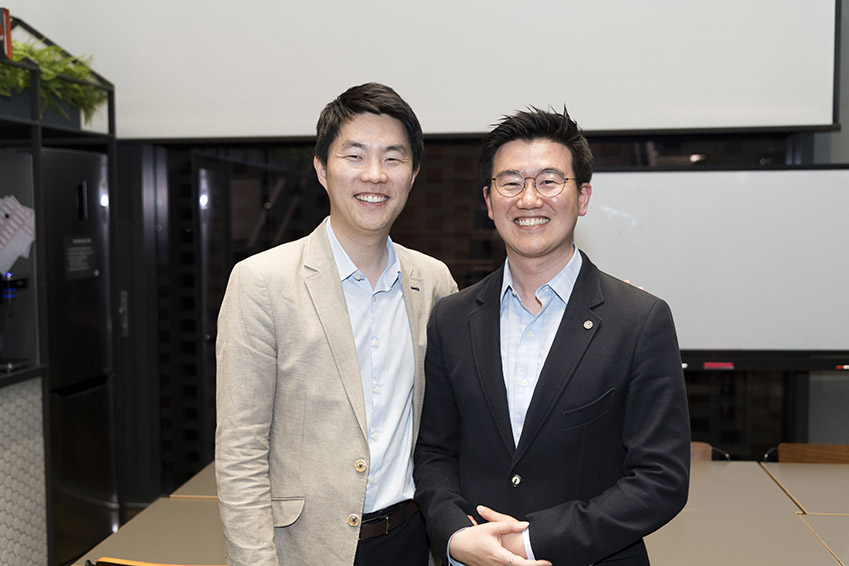▲삼성전자 사회공헌사무국에서 삼성투모로우솔루션을 기획, 진행하고 있는 김보년(사진 왼쪽)씨와 윤치웅씨